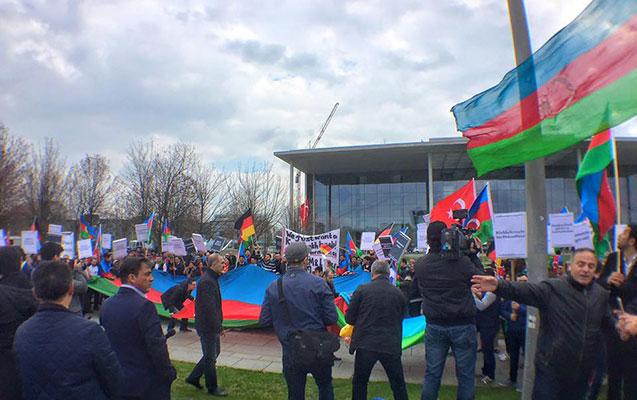 Sarkisyan Berlində etirazla qarşılandı - Azərbaycanlıların mitinqi +Foto