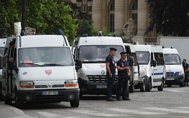 Fransada terror planlaşdıran 3 qadın həbs olundu - Biri polisi bıçaqladı