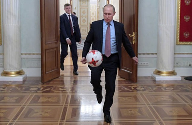 Putin Kremldə futbol oynadı - Fotolar