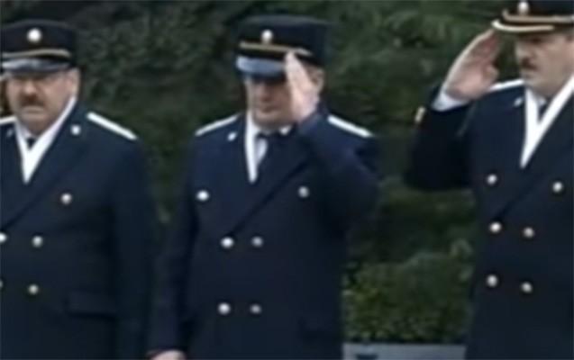 Sol əllə hərbi salam verən prokurordan AÇIQLAMA