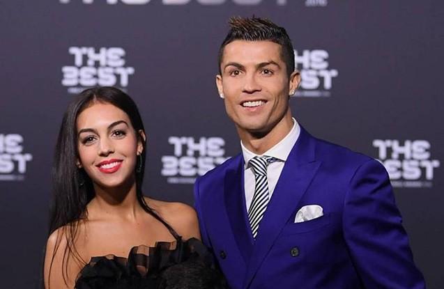 """""""Ronaldo satıcı qızla evlənir  -  Fotolar"""