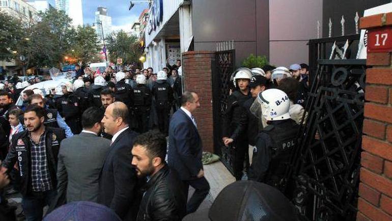 Türkiyədə kanal binasına polis hücumu -  Canlı yayım kəsildi