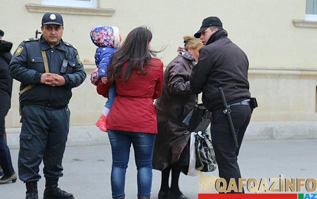 Yaralıların olduğu xəstəxananı polislər qoruyur - Fotolar