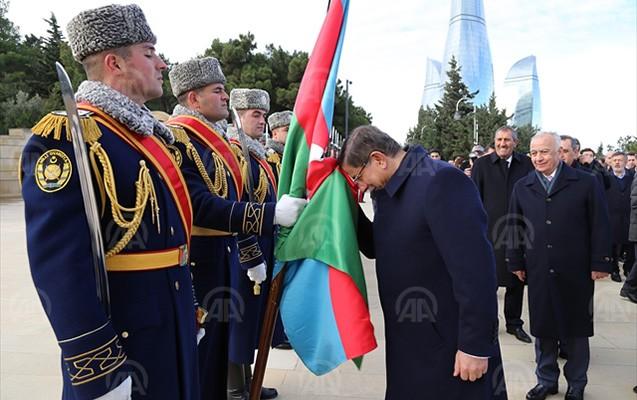 Davudoğlu Azərbaycan bayrağını öpdü -  Fotolar