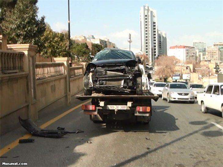 Qadın sürücü maşının şüşəsindən çıxıb divara çırpıldı  -  Bakıda+Foto