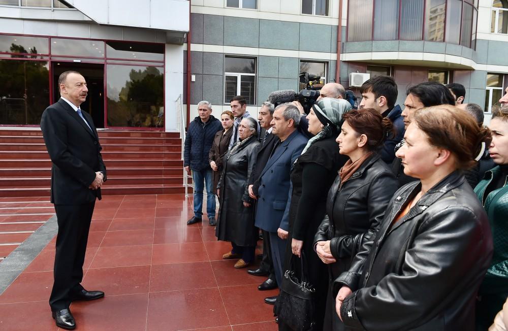 İlham Əliyev yaralı əsgərlərə baş çəkdi - Fotolar + Video