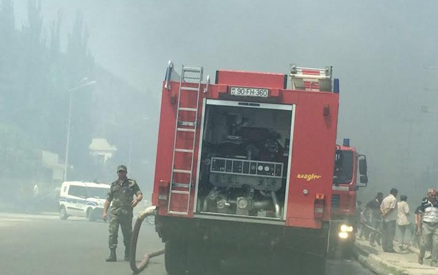 Bakıda güclü yanğın  -   Polis yolu bağladı