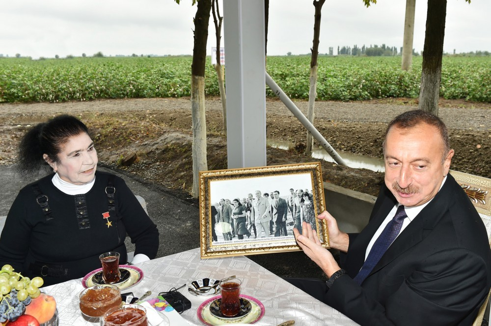 Prezident pambıqçı qadınlarla çay süfrəsində -  Fotolar
