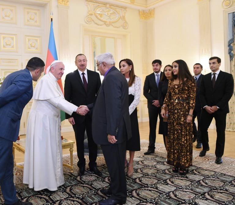 Prezidentin ailəsi ilə Papanın görüşündən -  Fotolar