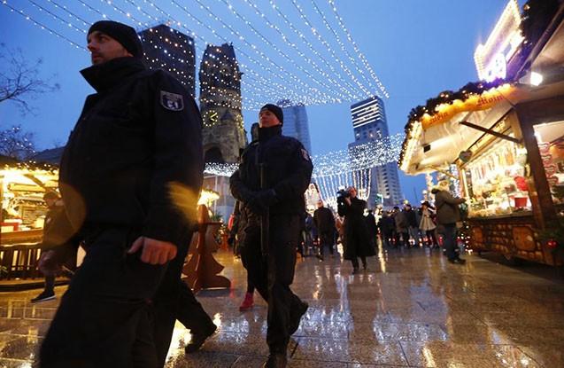Berlində Yeni il yarmarkası yenidən açıldı -  Terrordan sonra +Fotolar