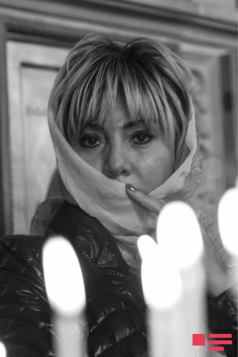 Xalq artisti kilsədə şam yandırdı - Fotolar