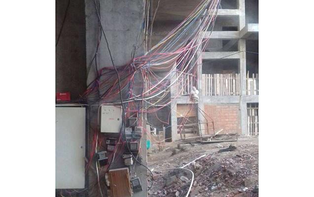 Bu binada yaşamaq təhlükəlidir  -  Foto