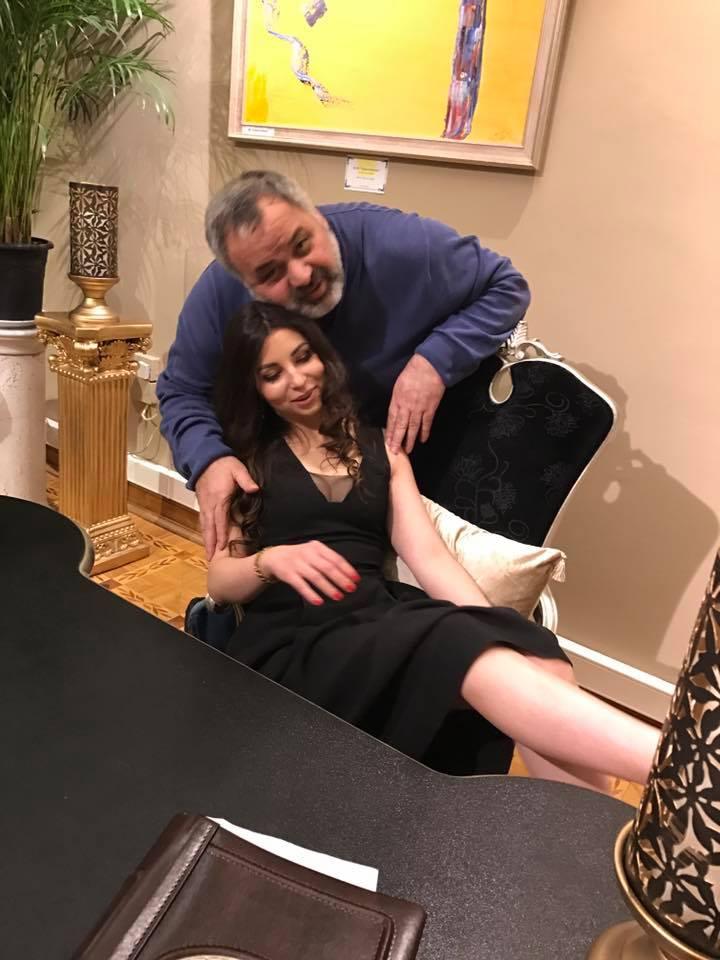 Azərbaycanlı iş adamının qızlarla - Fotoları yayıldı
