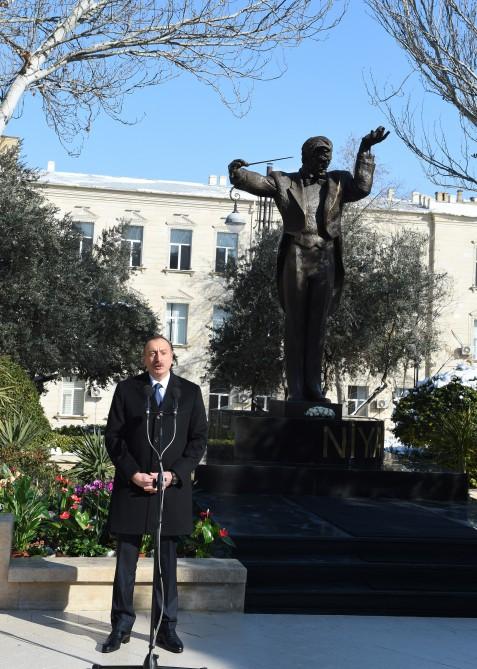 İlham Əliyev abidənin açılışında