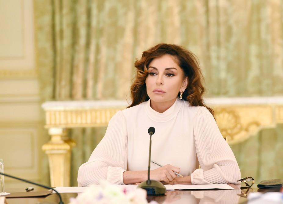 Mehriban Əliyeva ilk müşavirəsini keçirdi  -  Fotolar