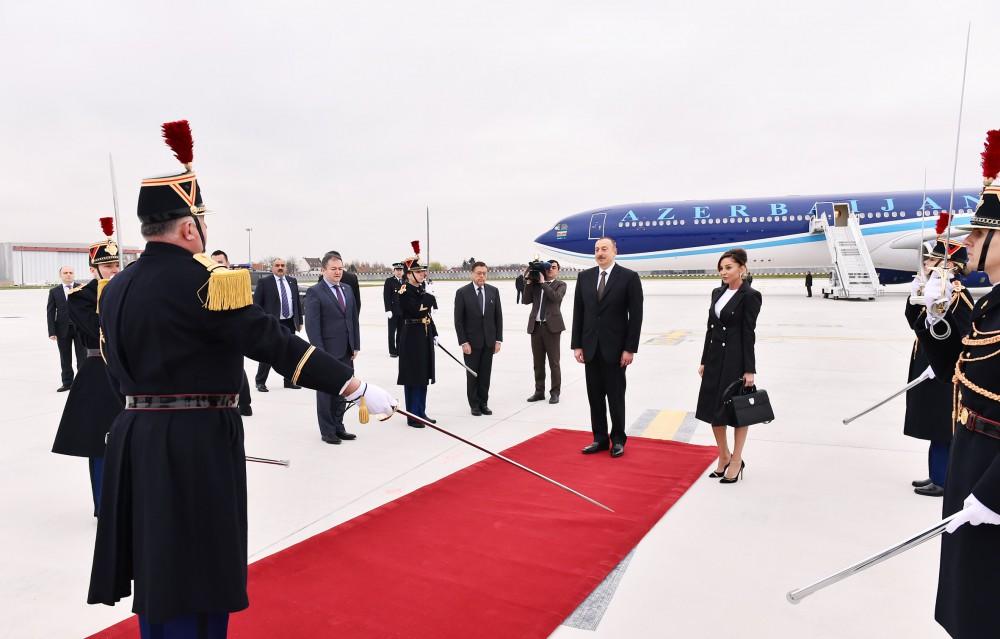 Prezident xanımı ilə qayıdır - Fotolar